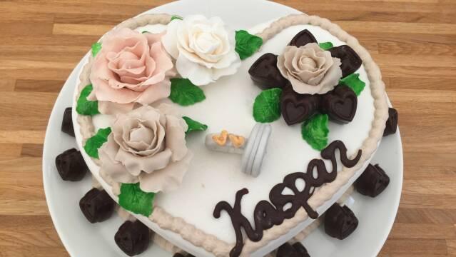 Billede af smuk hjertekage pyntet med blomster
