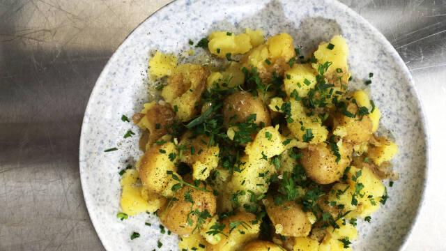Kartofler med røget olie på fad