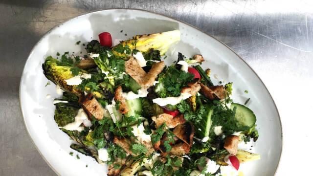 Grillet salat med citronfløde på smukt fad
