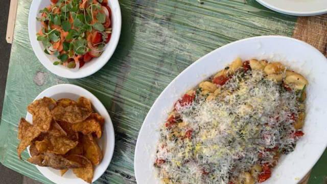 Gnocchi og tomatsalat med vinagrette, oliven og friterede kartoffelskræller