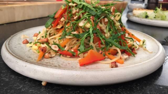 risnudelsalat med tamari, ingefær og grønt