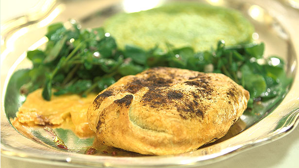 Indbagt camembert med butterdej og salat