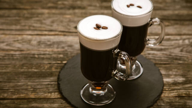 To glas Irish Coffee på et træbord