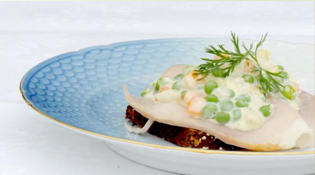Billede af italiensk salat på rugbrød med hamburgerryg