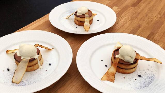 Dessert med syltede pærer, vaniljeis, chokolademousse, pærechips