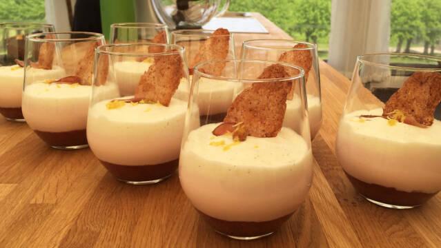 Rabarbermousse, vaniljemousse, mandelmakroner