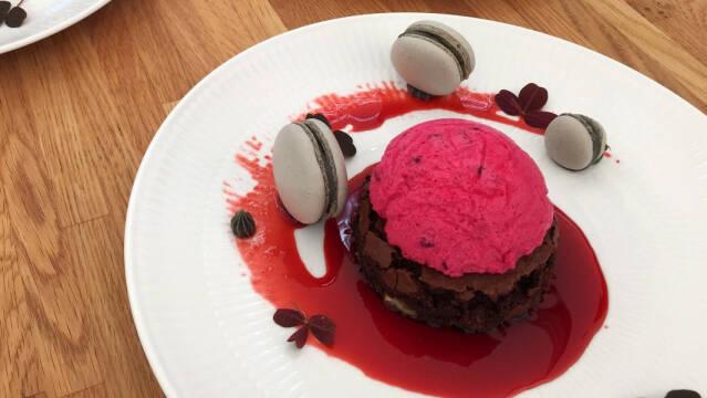 Dessert - Brownie, mousse, macarons og sirup