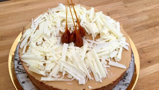 Billede af smuk chokoladekage med elementer af både mørk, lys og hvid chokolade.