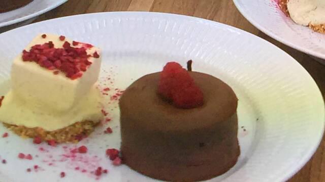 Billde af blødende chokoladehjerte med vaniljeparfait og hindbær