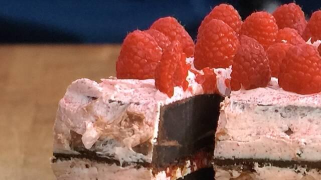 Billede af hindbærlagkage med chokobunde
