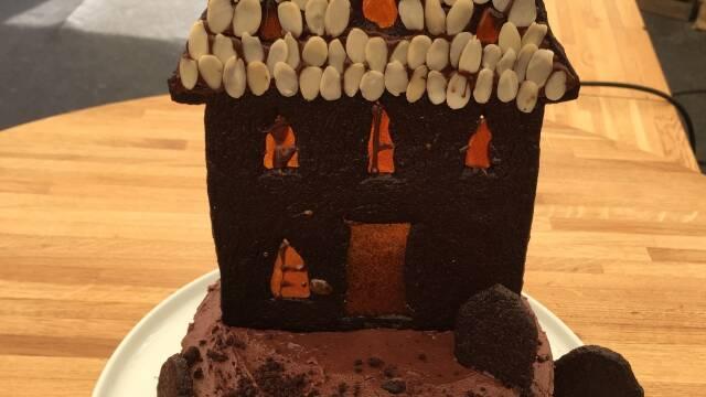 Billede af flot halloweenkage med et spøgelseshus på toppen