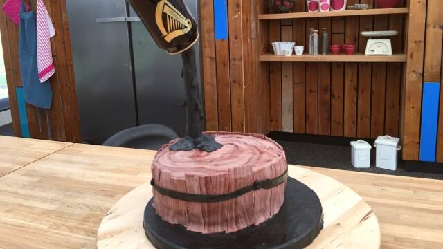 Billede af sjov kage formet som en Guinness øltønde
