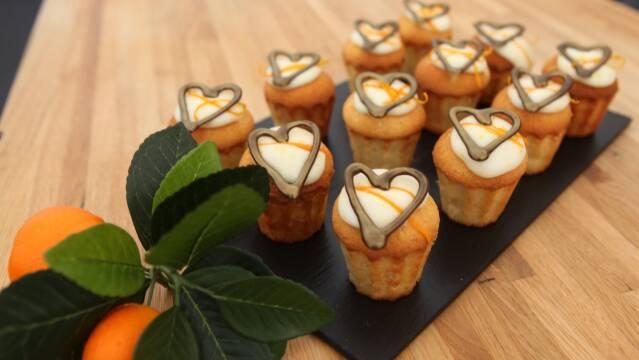 Appelsinkage med vaniljefromage og en fin top med glasur