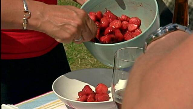 Jordbærdessert vendt med sukker og balsamico