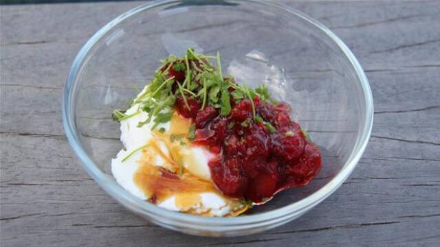 glasskål med jordbær- og rabarberkompot