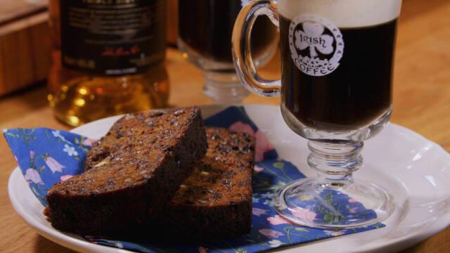 Billede af barmbrack og en mørk øl