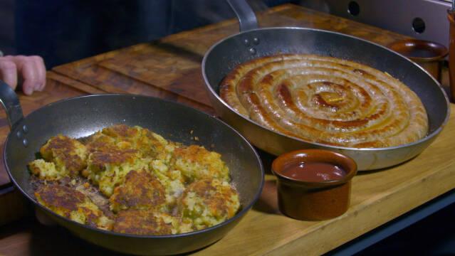 To pander med hhv. en medisterlignende pølse og kartoffelpandekager kaldet bubble and squeak.