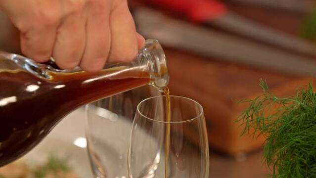 Julesirup hældes i champagneglas til en Christmas Royal