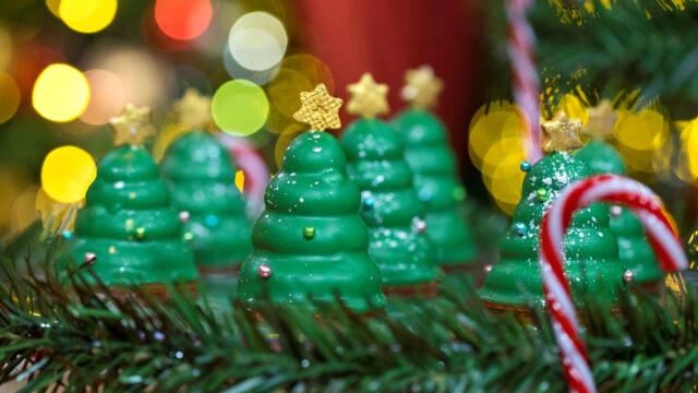 Grønne flødeboller med stjerne på toppen