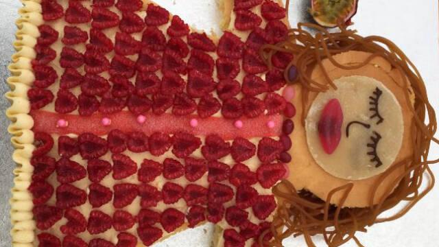 kagekone med  hindbær som pynt