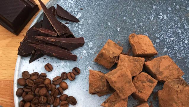 Lækre kaffetrøfler med chokolade og kaffebønner