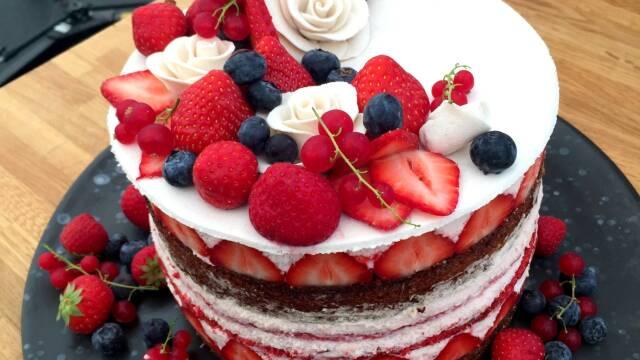 Sommerlagkage med friske bær og marcipanblomster