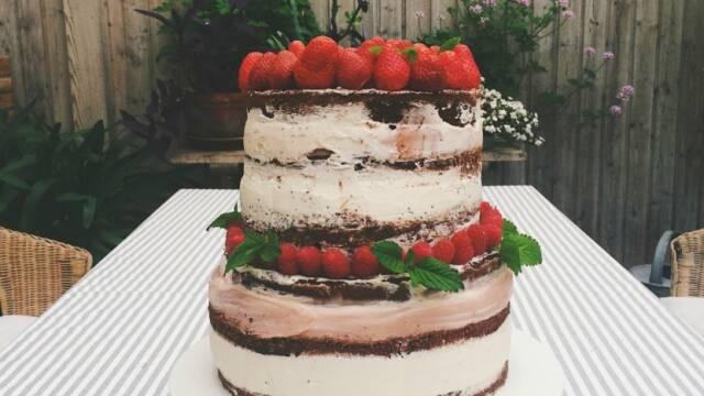Smuk og høj lagkage med friske sommerbær