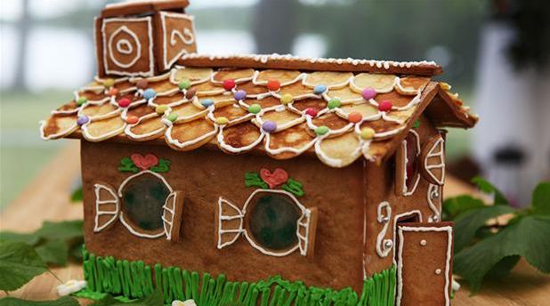 Billede af hjemmebagt eventyrhus med pandekager på taget.