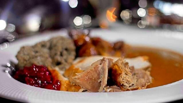 Julemiddag med kalkun, tyttebær, sovs og rødkål.
