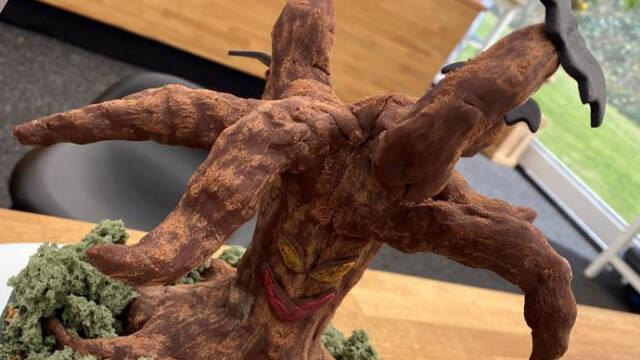 Halloweenkage formet som et træ med mos og flagermus