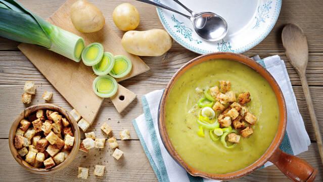Kartoffel-porresuppe drysset med croutoner