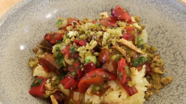 tallerken med mos og stegte peber