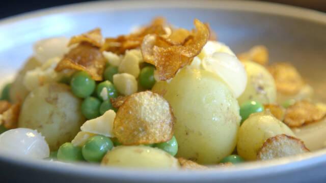 Tilsæt ærter, kartoffelchips, perleløg, havarti og sød musik opstår.