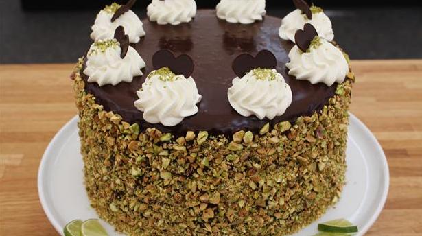 Smuk lagkage med chokolade og knust nødder udenpå.