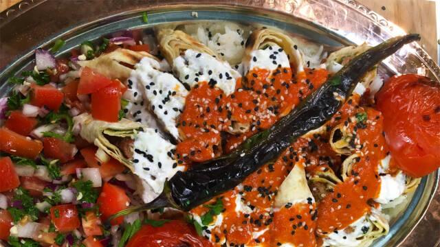 Kebab på fad med salat og yoghurt