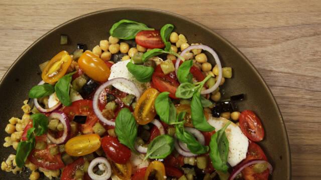 Kikærtesalat med tomater, mozzarella og basilikum