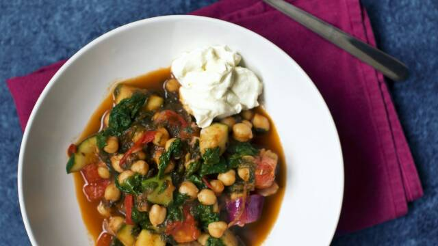 Vegetarisk kikærtegryde med spinat, tomater og ricottaost