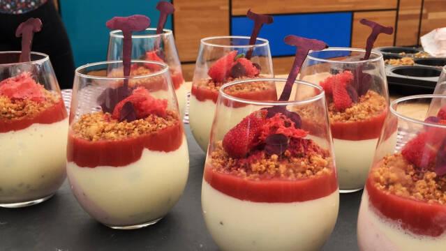 Dessert med basilikumcreme, jordbærmousse, crumble og rabarber