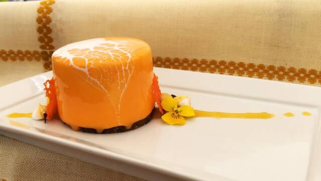 Cheesecake med mango og havtorn. Overtrukket med glaze.