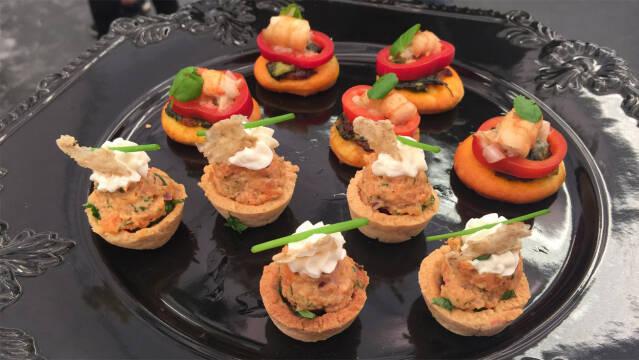 Små kanapéer med hummer og laks.