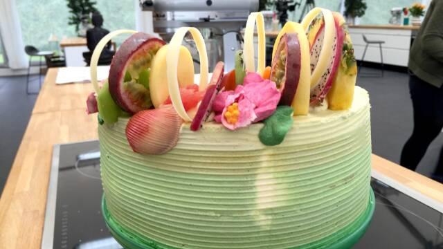 Farverig kage med masser af eksotiske frugter