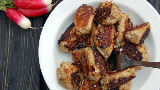 Lækre stegte frikadeller lavet af hakket kalve- og flæskekød.