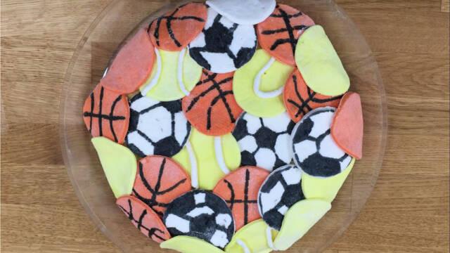Banankage med fodbolde, tennisbolde og basketbolde i fondant