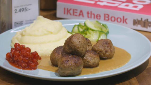 Köttbullar med mos og lingon på tallerken