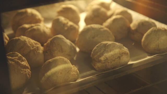 Boller der bager i ovnen