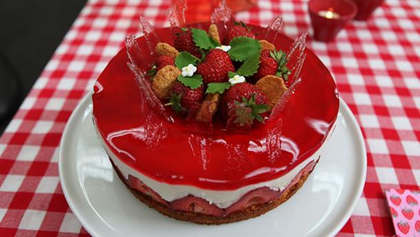 Lagkage med smag af lækker koldskål og jordbær