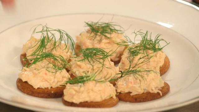 Delikat krabbesalat på lakrids-kiks som små lækre snacks