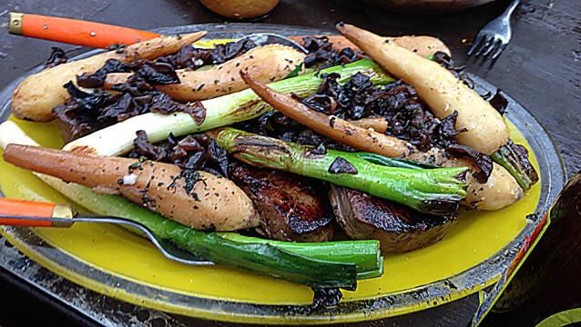 gul tallerken med kronhjortbøffer under stak af grøntsager