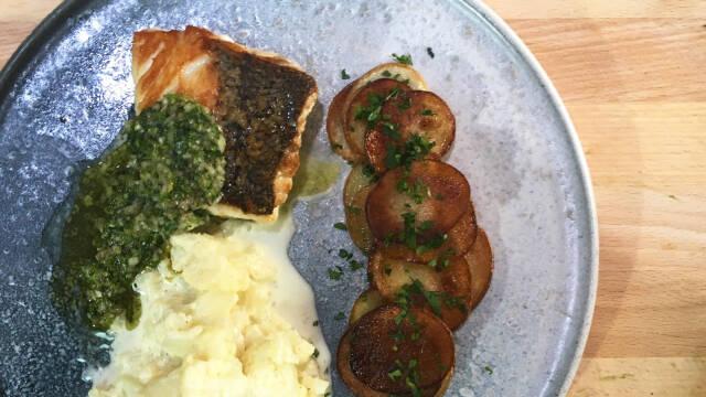 sprød fisk på tallerken med blomkålkompot og sprøde kartofler