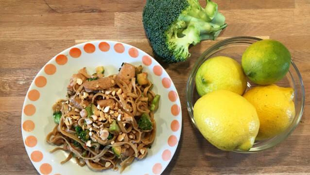 Nudelret med kylling, cashew og broccoli